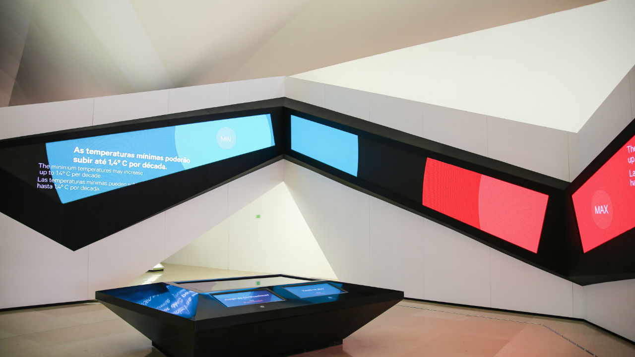 Amanhãs - Planeta (uma parte da exposição principal) que inclui telas interativas  / Foto: Bernard Lessa