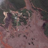 Foto de satélite da cidade de Mariana, em Minas Gerais, coberta por lama em razão do rompimento de uma barragem de rejeitos