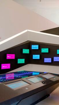 """Área """"Amanhãs"""" com painéis de interação / Foto: Bernard Lessa"""