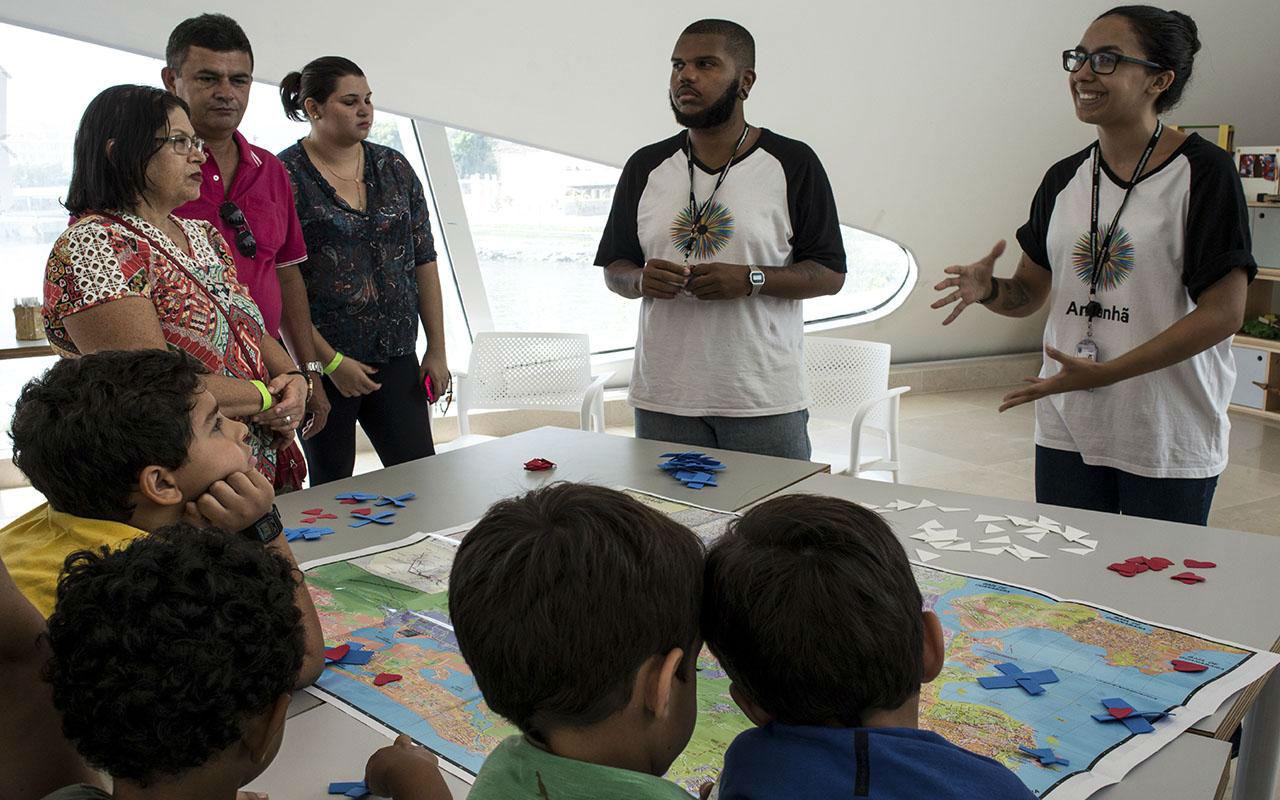 Crianças e Adultos participam da visita mediada com a Equipe do Educativo no Museu do Amanhã  / Foto: Marcos Tristão
