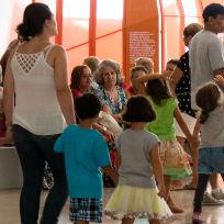 Crianças andando de mãos dadas