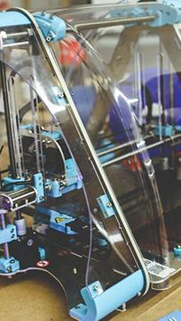 Impressora 3D sobre uma bancada de trabalho