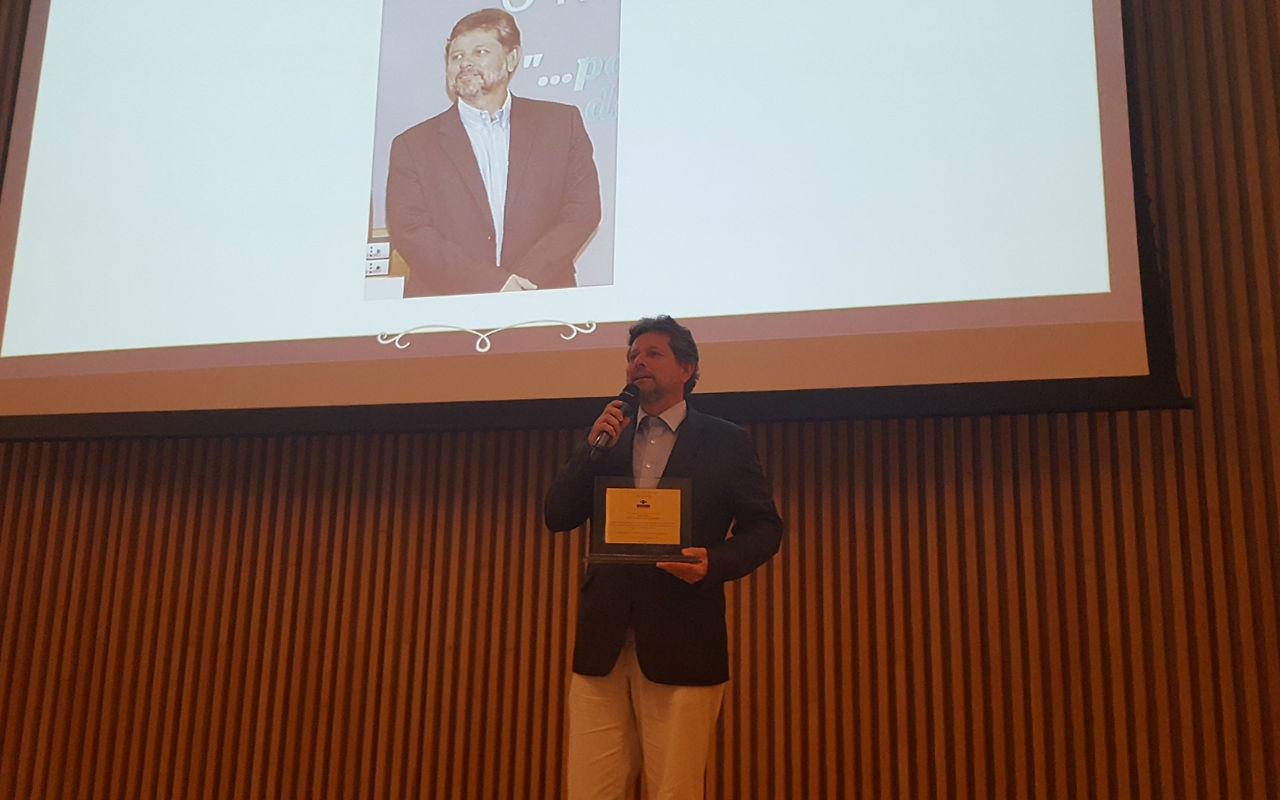 Ricardo Piquet, diretor-geral do Museu do Amanhã recebe em mãos o Prêmio InRio Personalidades do Ano 2016
