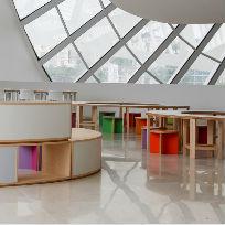 Mesas e cadeiras coloridas no Terreiro de Curiosidades, espaço de brincadeiras para crianças, adultos e idosos no Museu do Amanhã / Foto: Bernard Lessa