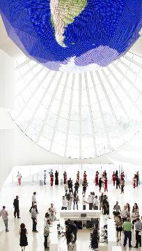 Visitantes dentro do Museu do Amanhã  / Foto:Byron Prujansky