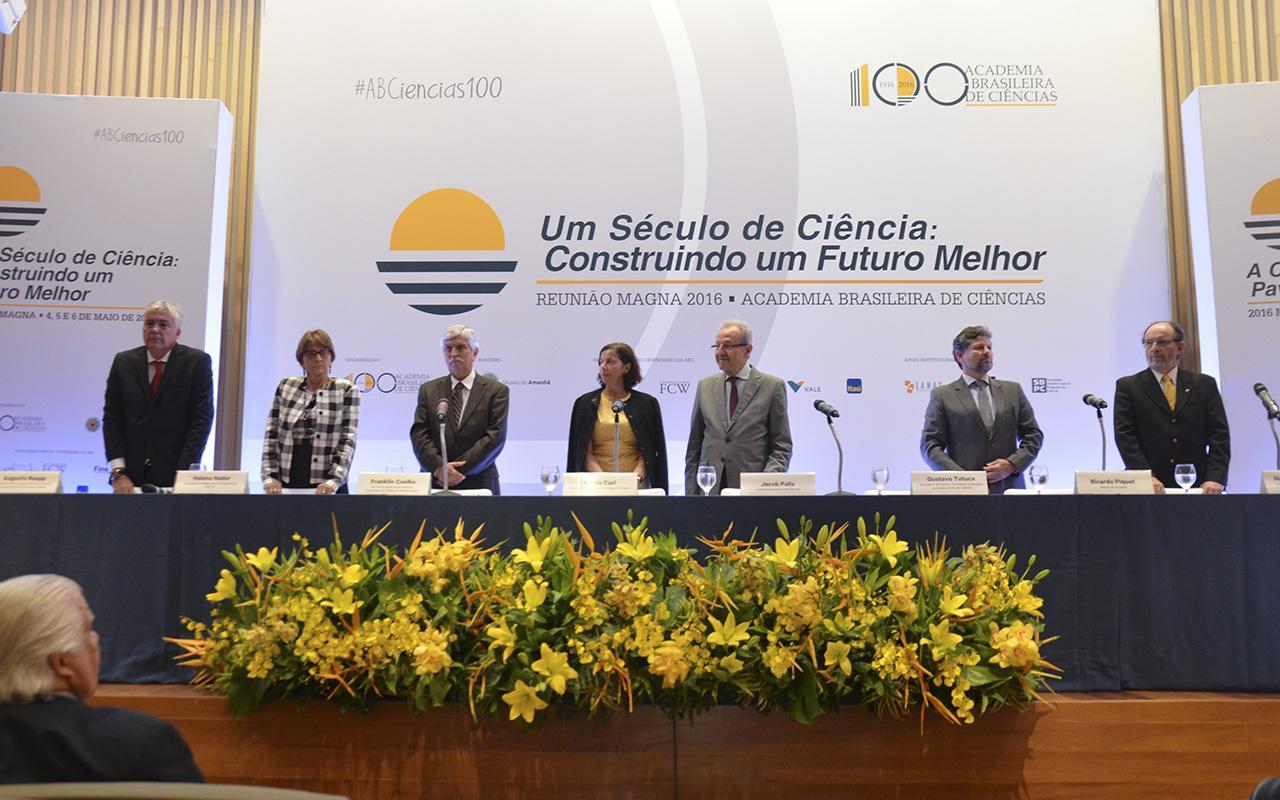 Centro da palestra da Reunião Magna da ABC, com alguns dos participantes: exposição dos desafios para o futuro da ciência / Foto: Assessoria de Comunicação - ABC