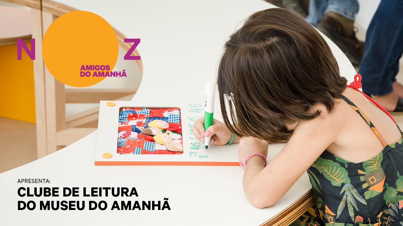 Menina sentada e escrevendo apoiada em uma mesa em um quadro em branco