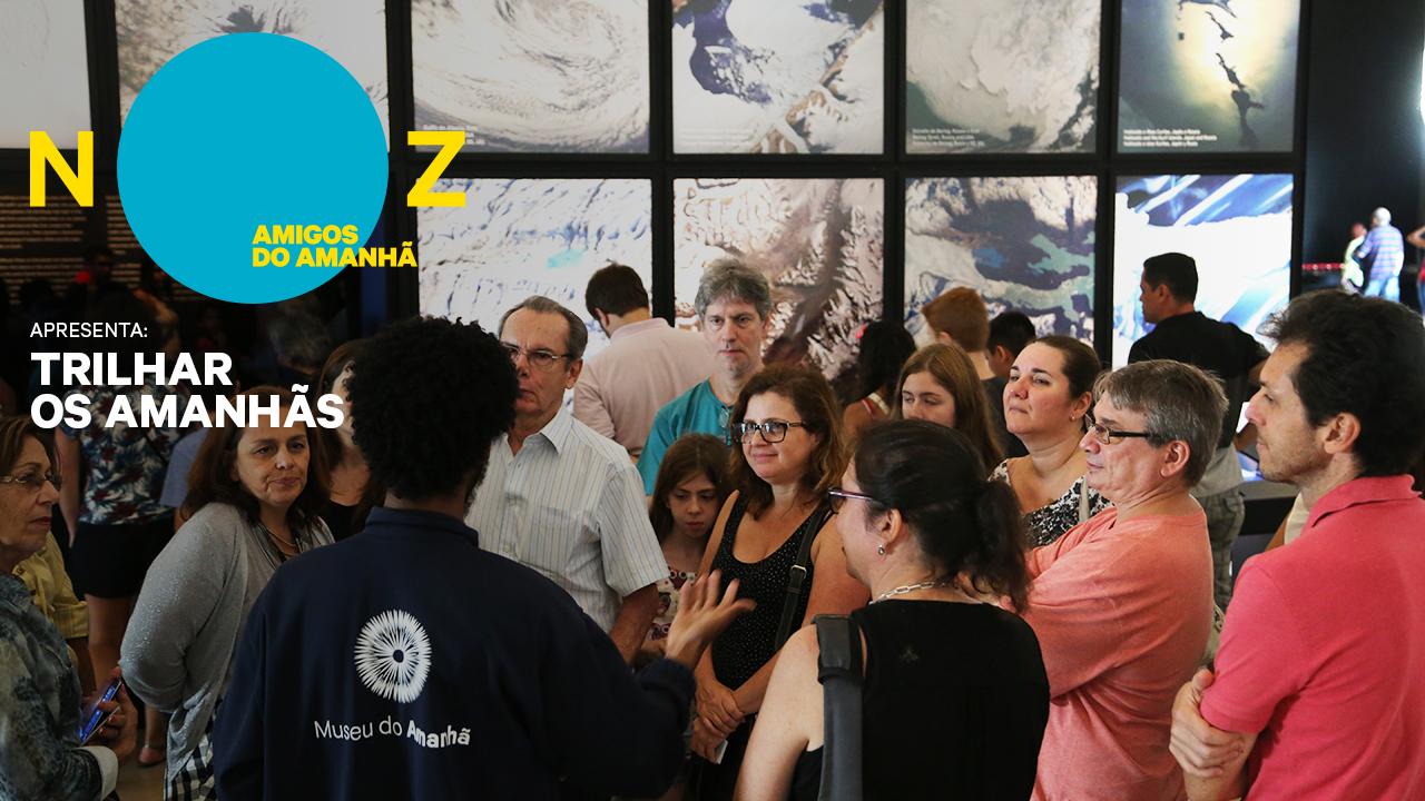 Grupo de visitantes do Museu com homens, mulheres e crianças durante uma visita / Foto: Divulgação/Museu do Amanhã