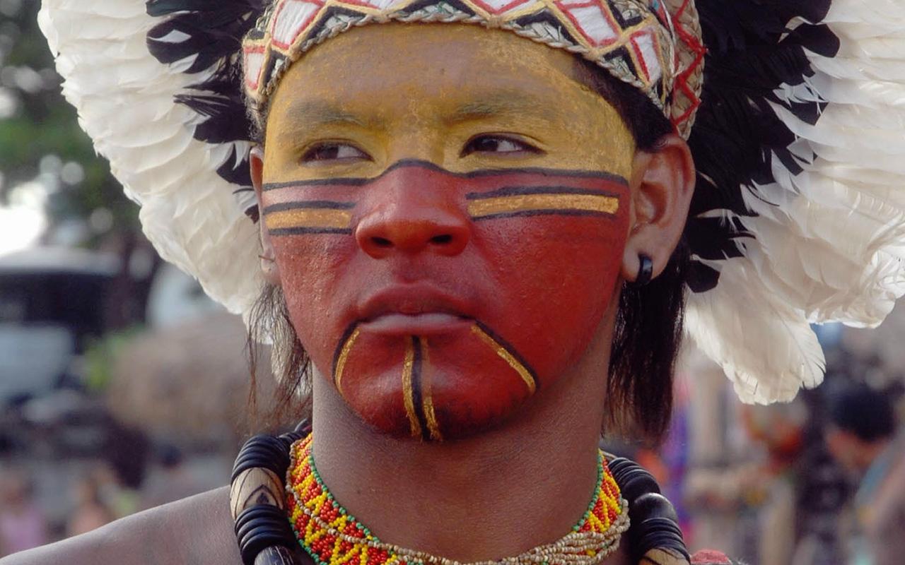 Índio Pataxó, exemplo raro de tribo que está conseguindo resgatar a própria língua, o Patxohã / Foto: Valter Campanato - Agência Brasil