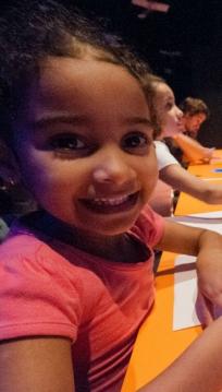 Maria Rita, de 4 anos de idade, na exposição temporária sobre Santos Dumont / Foto: Divulgação Museu do Amanhã
