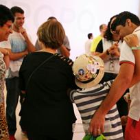 Grupo de visitantes do Museu com homens, mulheres e crianças sorrindo durante uma visita / Foto: Divulgação/Museu do Amanhã