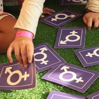 Mãos de criança brincando com cartas