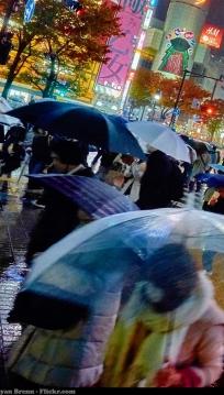 Pessoas com guarda-chuvas nas ruas de Tóquio / Foto de Moyan Brenn (Flickr)