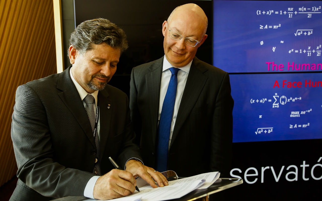 Ian Blatchford, Director of the Science Museum Group, and Ricardo Piquet, Director of Museu do Amanhã, sign partnership agreement / Guilherme Leporace