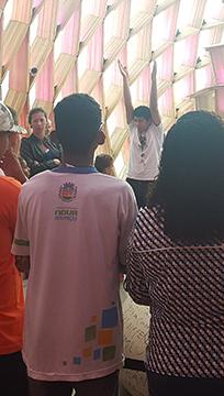 Nosso educador surdo fazendo a mediação de uma vista de um grupo de crianças surdas