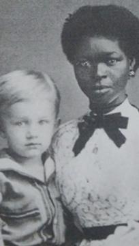 Retrato de uma mulher negra com uma criança loira em seu colo