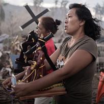 Mulheres carregando símbolos religiosos