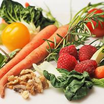 Foto de verduras, legumes e frutas como cenoura, morango, nozes, tomate e folhas