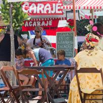 Banca de acarajé com mulheres vestidas com roupas tradicionais