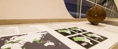Uma das mesas da linha da forma, idealizada para que deficientes visuais e pessoas não letradas possam explorar o museu através do tato por meio de mapas em relevo, globos e outras formas