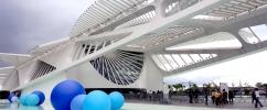 Instalação da artista Suzana Queiroga é composta por três esculturas infláveis flutuantes que representam espacialmente moléculas de água (H2O)