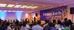 Foto tirada de trás com pessoas sentadas assistindo o evento anterior da FameLab / Foto: Rodolfo Rizzo
