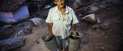 Homem carrega baldes no Açude do Cedro, Quixadá / Foto: Fernando Frazão