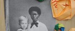 Retrato de uma mulher negra com uma criança loira em seu colo / Foto: Divulgação
