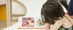 Criança desenhando em cima da mesa
