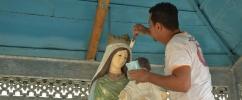 Homem pintando escultura de santo / Foto: Marcos Tristão