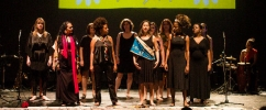 doze mulheres no palco apresentando o espetáculo primavera das mulheres / Foto: Bel Junqueira
