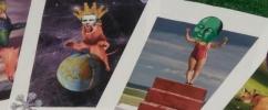 Cartas com ilustrações para a atividade Oráculo no Museu do Amanhã. A primeira com o rosto de um homem com uma coroa dourada e o corpo de leão em cima do globo terrestre com o céu de fundo e a segunda com o corpo de uma mulher e cabeça verde de um personagem. Ilustração: Alanna Dahan Martins