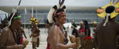 Protesto de índios em Brasília. índios estão em uma roda com cocares coloridos /  Foto: Marcelo Camargo /Agência Brasil.