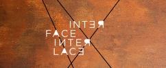 Arte com fundo marrom com linhas finas pretas entrelaçadas com a escrita Interface Interlace sobre a imagem