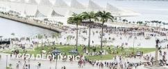 A Praça Mauá (de cima), com o Museu do Amanhã ao fundo e pessoas andando ao redor/ Foto: Byron Prujansky - Museu do Amanhã