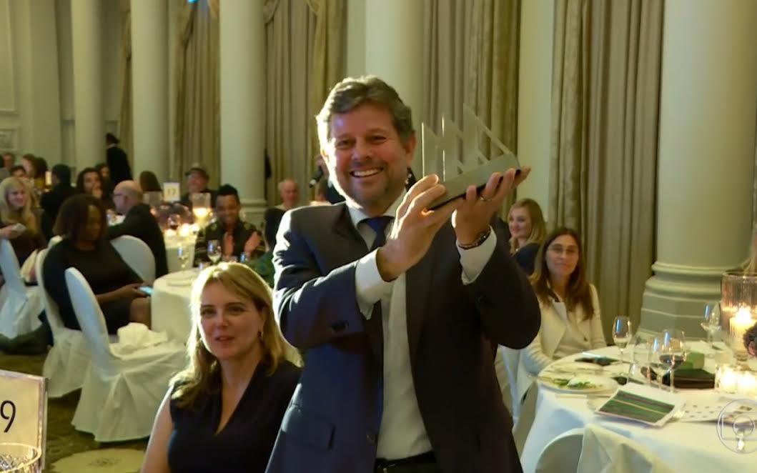 Ricardo Piquet, diretor-geral do Museu do Amanhã recebe em mãos o prêmio de Melhor Museu do Ano